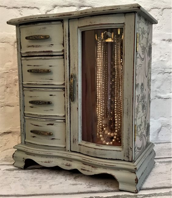 Love this distressed vintage jewellery armoire, so elegant and shabby chic 💕