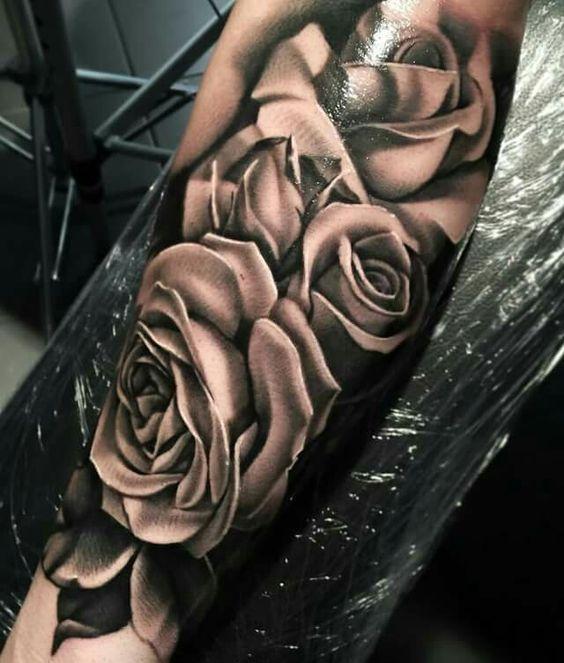 22 Tatuajes de rosas en el antebrazo para hombres