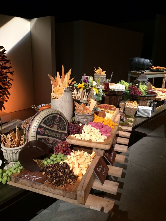 Pallet for buffet decor cheese board parties food - Table cuisine palette ...