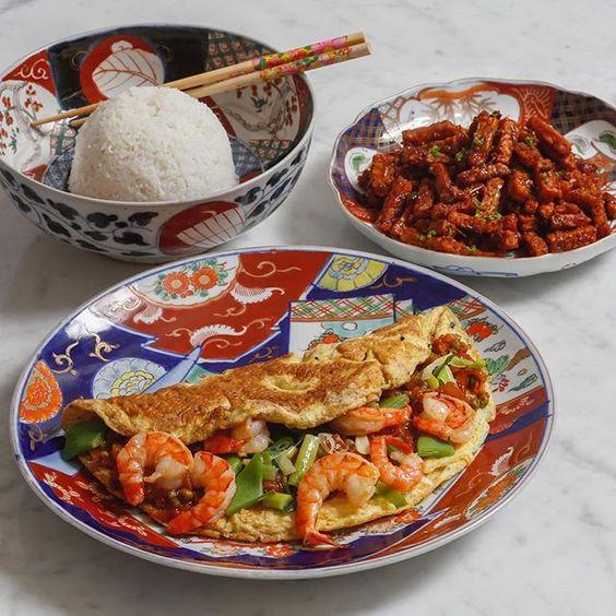 Omelet gevuld met garnalen in zoetzure groentesaus. Heerlijk bij gebakken tempé & gekookte witte rijst. Recept nu online via link in bio. #huisgemaakt #recept #linkinbio #omelet #garnalen #rice #tempeh #eggs #omelette #asianfood #chinesefood #shrimp #whiterice #fried #tigershrimp #instafood #instagood #asiancooking #cooking #foodie #foodblog #homemade #homecooking #tasty #foodporn #omelette #cuisine #asian #asiancuisines #foodpic by @karelzwa