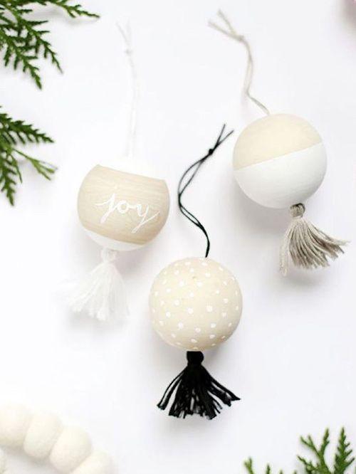 20 bolas de Navidad pintadas DIY para colgar en tu árbol