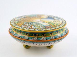"Deruta italian ceramic decoration - Footed box jar ""Woman with pearls"""