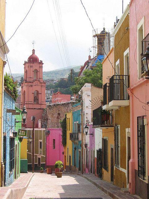 Las coloridas callecitas de #Guanajuato, uno de los más increíbles y coloridos poblados de #Mexico.