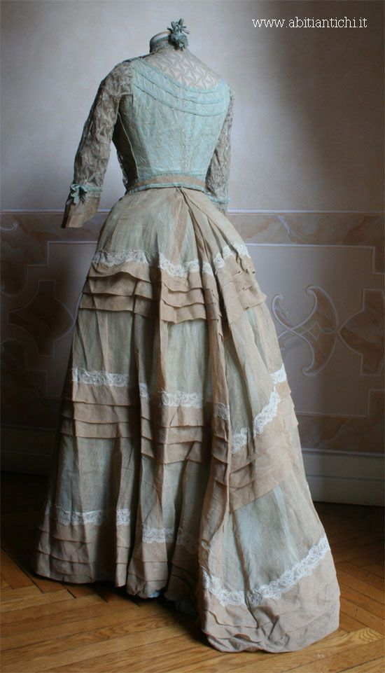 Dress summer of 1886, perhaps for the holiday, in two pieces (bodice and skirt) in ecru linen 'on sky background. Of this dress' was also preserved a photo of the original owner while wearing it.
