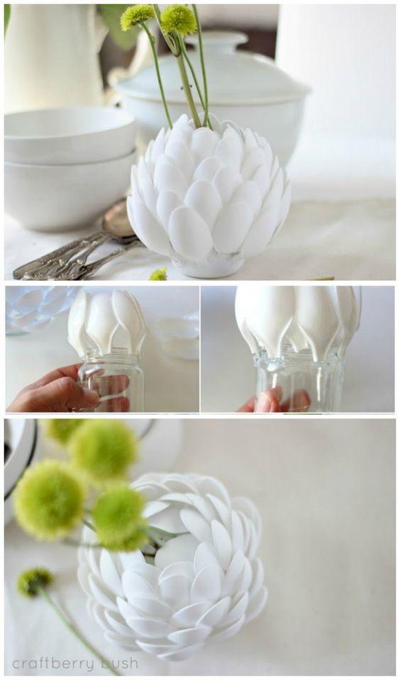 Vase aus einem alten Gurkenglas oder Marmeladenglas mit Plastiklöffeln die mit der Heißklebepistole dran gemacht werden tolle Idee: