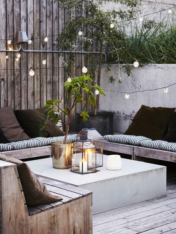 Wir wollen Sommer, jetzt sofort! Was für eine gemütliche Outdoor-Sitzecke mit romantischer Lichterkette.. ♥: