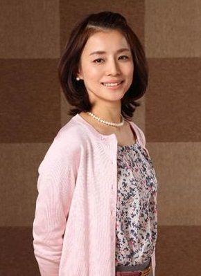 前髪をあげたスタイルの石田ゆり子