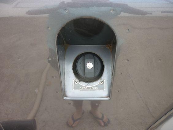 Detalhe placa no tanque de combustível