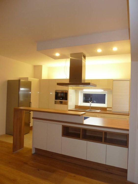 Klar gegliedertes Einfamilienhaus Schlitzförmiges Küchenfenster - glasrückwand küche beleuchtet