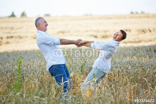 Glückliche Senioren tanzen gemeinsam im Sommer