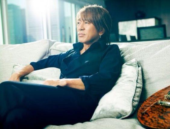 ソファーに座っている松本孝弘