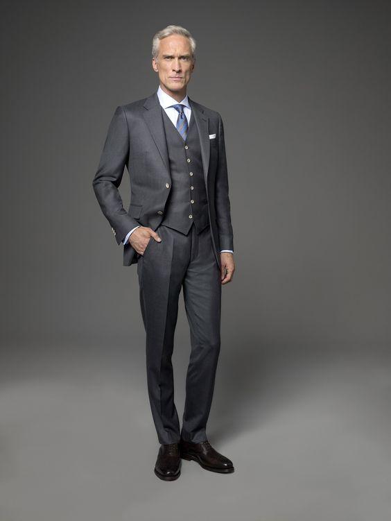 Anthrazit ist nach wie vor die Anzugfarbe, die in keinem Kleiderschrank fehlen darf. Ein anthrazitfarbener Anzug eignet sich perfekt für Ihren Auftritt im Büro und berufliche Einladungen, die Ihnen wichtig sind. Die Weste zum Anzug komplettiert Ihren persönlichen Auftritt. Zu diesem Anzug lassen sich je nach persönlichem Geschmack viele Hemdenstoffe kombinieren. Wir empfehlen Ihnen den Look in Verbindung mit einem weißen, hellblauen oder roséfarbenen Hemd.