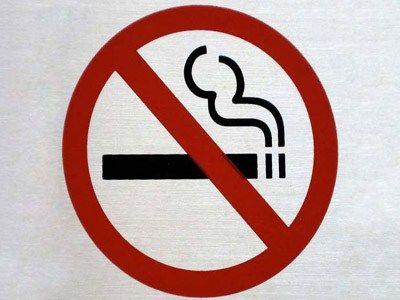 Je weet dat roken slecht is voor je gezondheid, maar we zij er niet om je daar een preek over te geven ;-) weet ook dat roken de huid vaal, droog & dof maakt. Dat zorgt er voor dat je er ouder uit ziet dan dat je in werkelijkheid bent.    Zorg er voor dat je huid er niet langer onder te lijden heeft en stop.