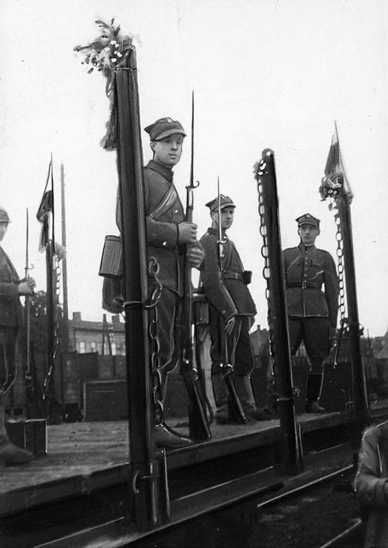 Немецкий и польский пограничник на железнодорожном мосту в городе Богумин - фото | Военный альбом 1939, 1940, 1941-1945