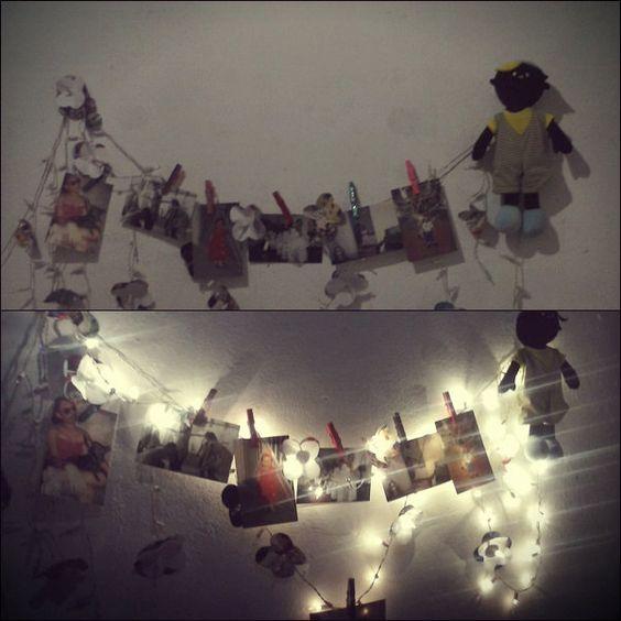 Mural de fotos com luzes e florzinha.