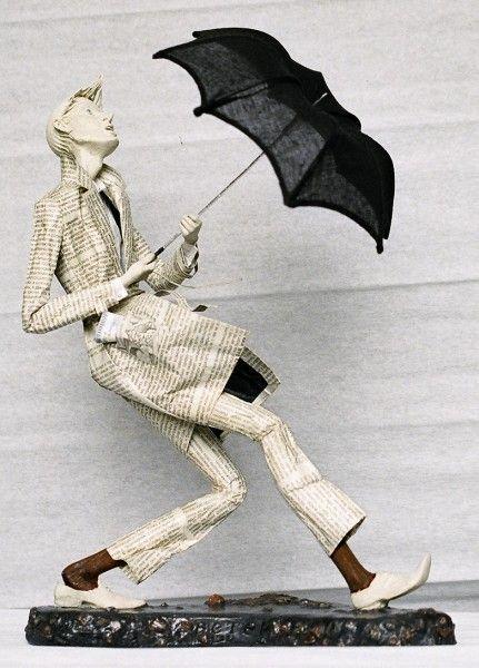 .papel machê?  não sei o artista, mas roupas são de trabalho papel de jornal-maravilhosa: