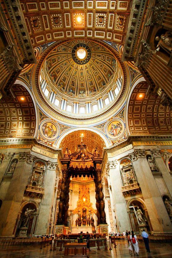 美しいサン・ピエトロ大聖堂の内部です。