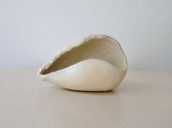 貝をモチーフにしたオブジェです。陶器でできています。縦9cm、横15cm、奥行き8.5cm|ハンドメイド、手作り、手仕事品の通販・販売・購入ならCreema。