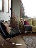 Eames Chair kombiniert mit einem grünen Sofa. Interior Design: Viviane Bumb | qip home