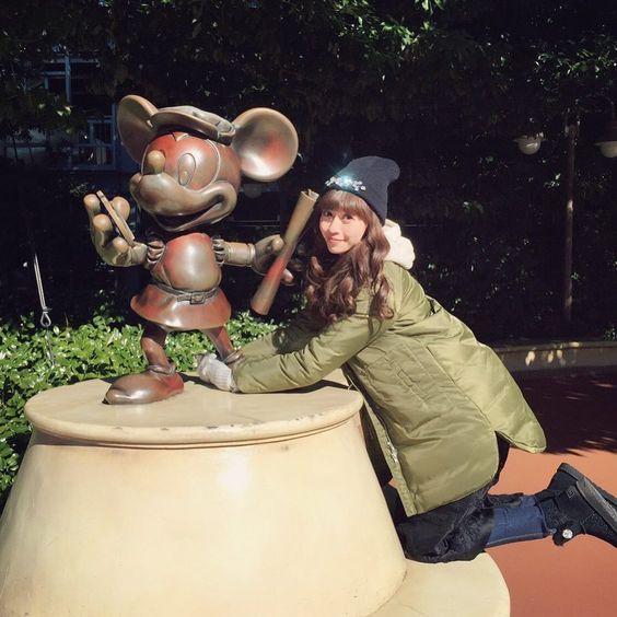 ミッキーの銅像と片瀬那奈