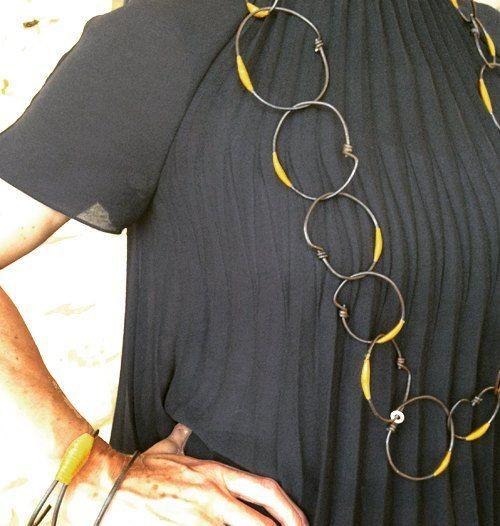 """""""Ligature jaune"""", fer patiné et fil nylon - sautoir Marianne Anselin - 890€ -  Sautoir formé de larges anneaux faits main en fer patiné et fil de nylon teinté """"old gold"""". Peut être réalisé avec une autre couleur de fil.:"""