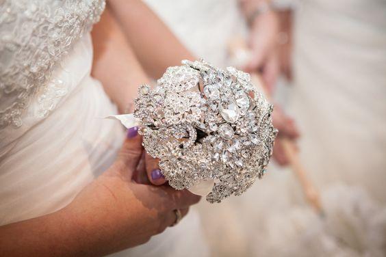 Ramo de novia con joyas.: