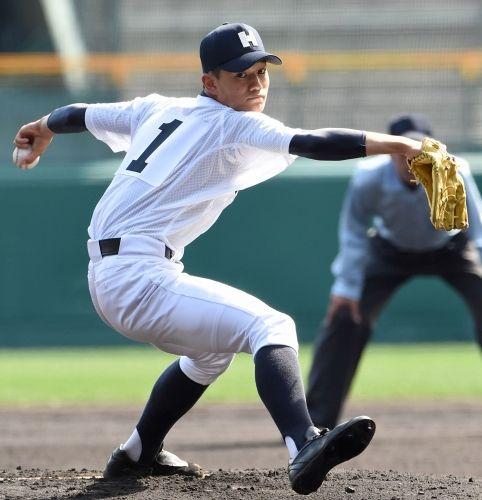 甲子園にて投球する龍谷太平安高校のかっこいい高校球児