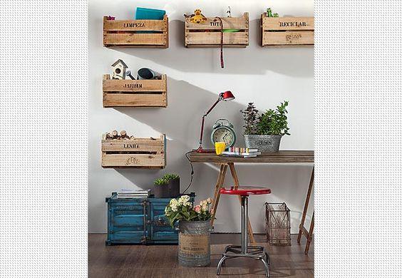 A estante de madeira tem engradados de plástico – de diferentes cores e tamanhos – para guardar objetos dos moradores. O projeto é do arquiteto Maurício Arruda