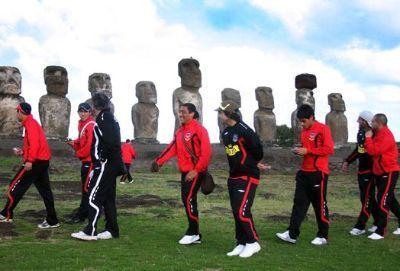 """Primeiro jogo de futebol oficial na ilha da Páscoa.  O Colo-Colo venceu por 4-0 os locais do Rapa Nui, equipa composta por amadores - artesãos, pescadores, bailarinos.  Antes do início do jogo, os jogadores do Rapa Nui efectuaram uma """"dança"""" semalhante à """"haka"""" da seleção de  rugby da Nova Zelândia.  O jogo disputou-se no único campo da ilha,em Hanga Roa, junto à praia e à vista de uma gigantesca estátua """"Moai"""".  Dos 4 mil habitantes da ilha da Páscoa, 3 mil assistiram à partida…"""