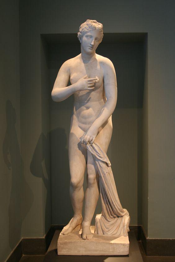 Afrodita de Menofanto, una Venus Pudica firmada por Menofanto, siglo I a. C., hallada en San Gregorio al Celio, Roma (Museo Nacional Romano)