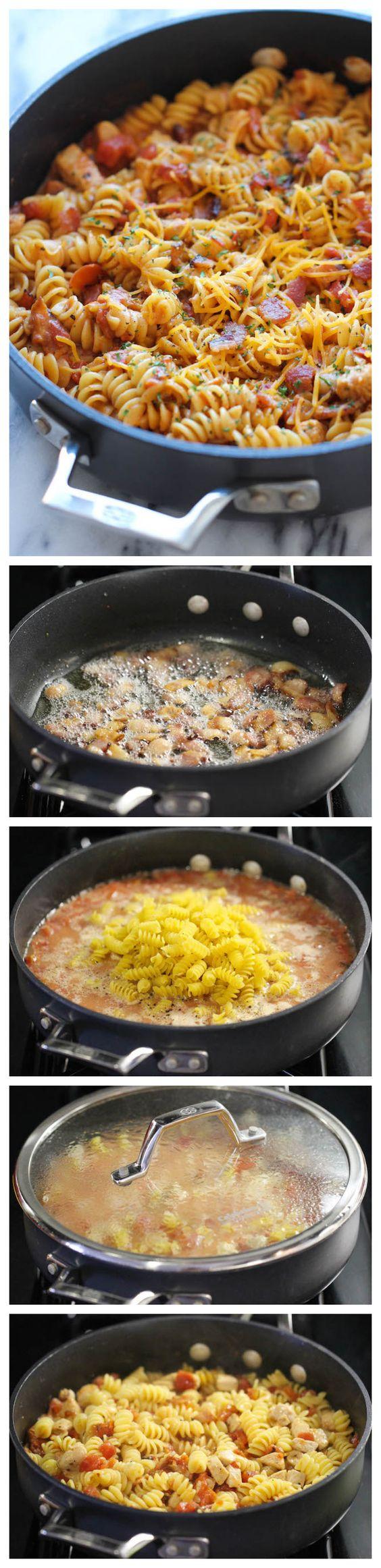 Uno Pot BBQ Chicken Pasta - Cargado con salsa de barbacoa picante y tocino crujiente. Es tan fácil, incluso la pasta se cocina justo en el bote!