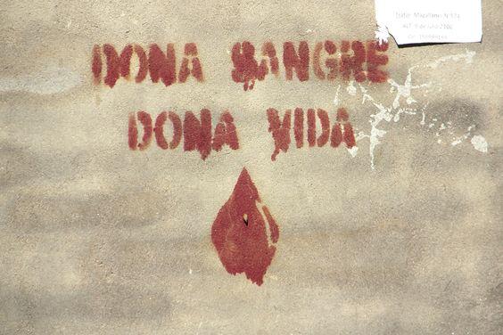 """""""Doná sangre. Doná vida."""" Stencil en San Miguel de Tucumán, Argentina."""