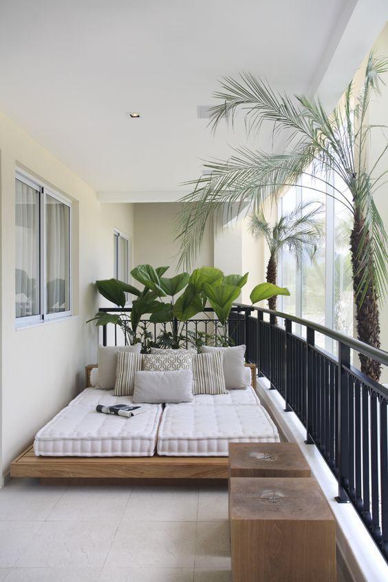 relaxbed tweepersoons op balkon