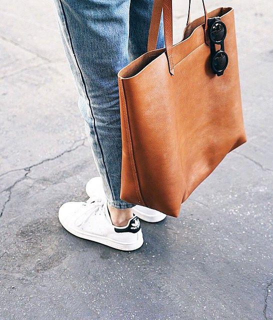 Cabas en cuir fauve + baskets blanches = le bon mix