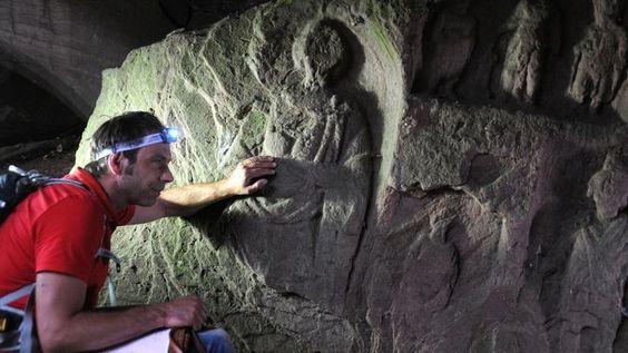 Archäologe Dr. Timo Ibsen auf Spurensuche bei einer Quelle nahe Kindsbach (Quelle: ZDF/Peter Prestel)
