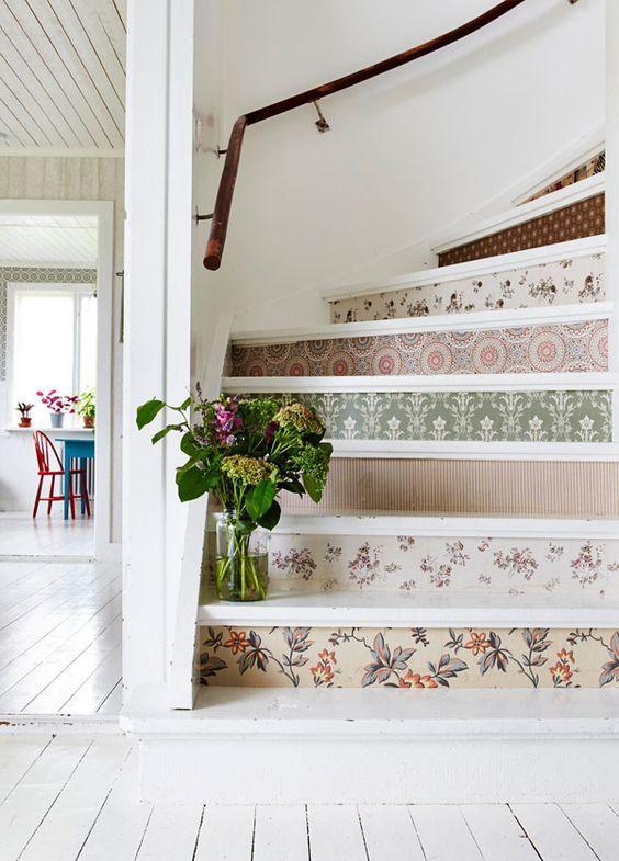 Customiser les contre-marches d'un escalier avec de la peinture, du papier peint ou encore des pochoirs !