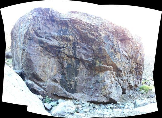 Ein riesiger Felsbrocken im Atlasgebirge in Marokko. Zusammengesetzt mit autostich aus ca. 12 Einzelfotos.: