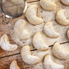 Οι Έλληνες της Αλεξάνδρειας έφτιαχναν αυτούς τους κουραμπιέδες κάθε Χριστούγεννα με άφθονη καρύδα και συχνά ραντισμένους με λίγο ανθόνερο: