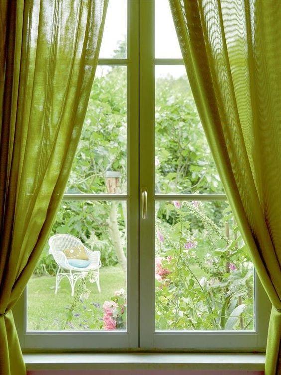 Slaapkamer met groene gordijnen
