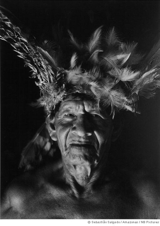 Gênesis: imagens do Alto Xingu, na Amazônia, com   guerreiro da tribo Kuikuro  Sebastião Salgado