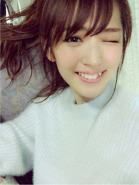 鈴木愛理白いセーターでウィンクする画像