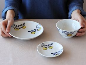 九谷青窯 4寸皿¥1,800、6寸皿 ¥2,600、飯碗¥2,400 のサイズ感です。