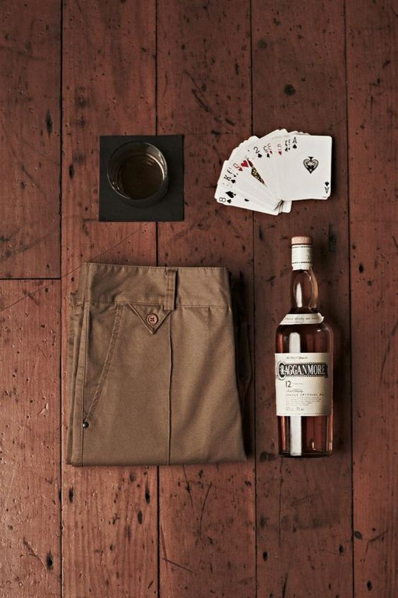 pantalones, póker y alcohol.