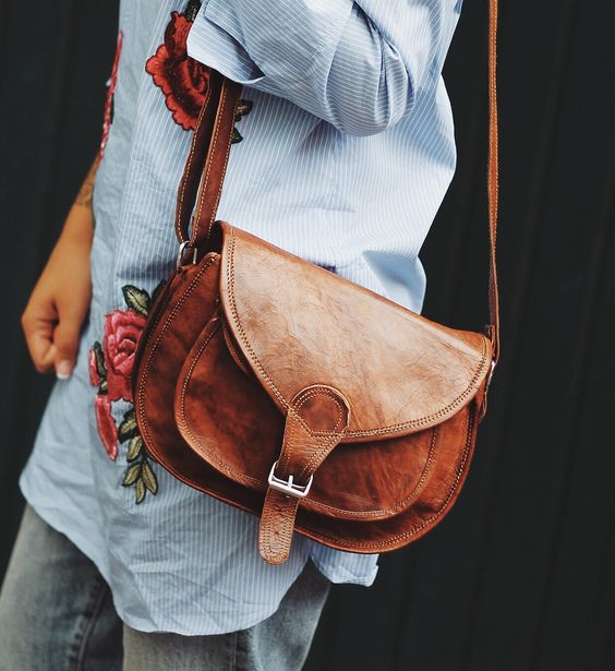 Die attraktive Lederhandtasche 'Evelyn' aus hochwertigem Ziegenleder präsentiert sich erfrischend im unkoventionellen und jugendlichen Design. Gusti Leder - K54b