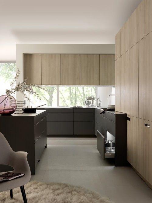 Кухня без ручек, сочетание темного и светлого дерева