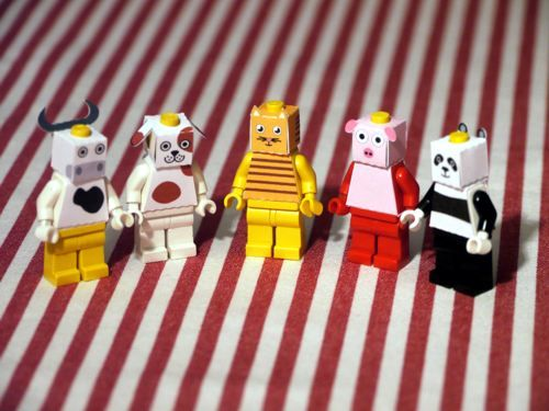 Playing with the fusion of Lego® and paper, I came across a nice way of improving the ubiquitous minifigures. A simple paper layout allows to quickly add new heads, featuring whatever design you come up with. Here is the result: