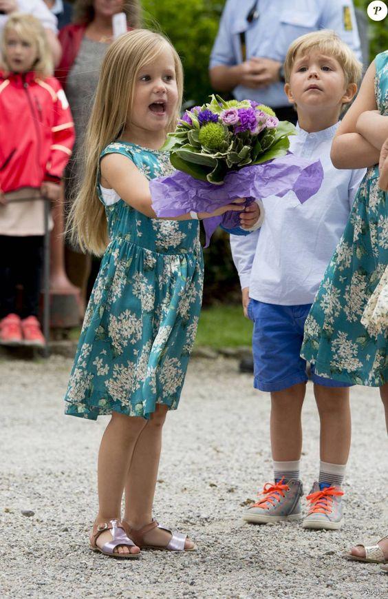 Plâtrée suite à un accident de cheval, la princesse Josephine était déchaînée ! Mary et Frederik de Danemark, avec leurs quatre enfants (Christian, Isabella, Vincent et Josephine), assistaient le 19 juillet 2015 dans la cour du château de Grasten à la parade d'une association de cavaliers.