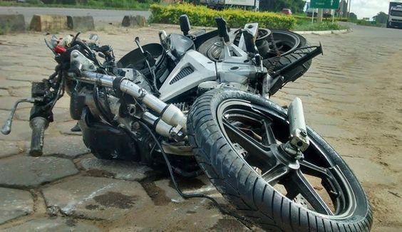 Moto foi parar ao lado da BR-101 após acidente no Espírito Santo
