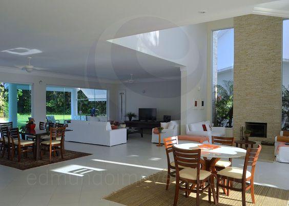 Ao cruzar a porta e acessar o hall de entrada, tem-se acesso ao salão principal, dividido em quatro ambientes bem integrados e decorados com muito refinamento.