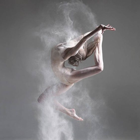 Alexander Yakovlev est un photographe russe spécialisé dans la photographie de danse en studio. A travers sa maîtrise de la vitesse et de la composition, il arrive à véhiculer une sensation de puissance et de sérénité à ses modèles, principalement des danseuses et danseurs de ballet.